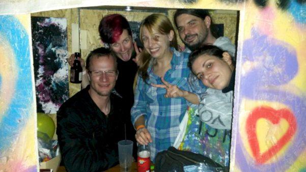 Fünf Traumschläger in einer kleinen Hütte
