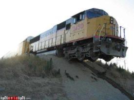 Witzbild: Lokomotive hängt über einer Düne in der Luft