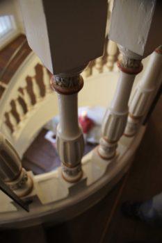 Detail eines alten, geschnitzten und bemalten Treppengeländers